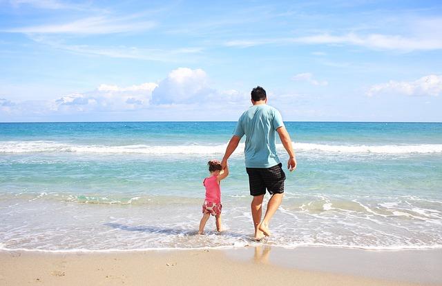 otec s dcerou na pláži.jpg