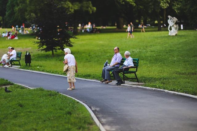senioři v parku